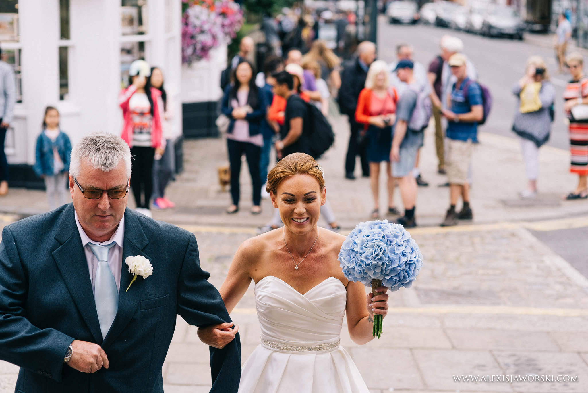 bride arriving for the ceremony with dad