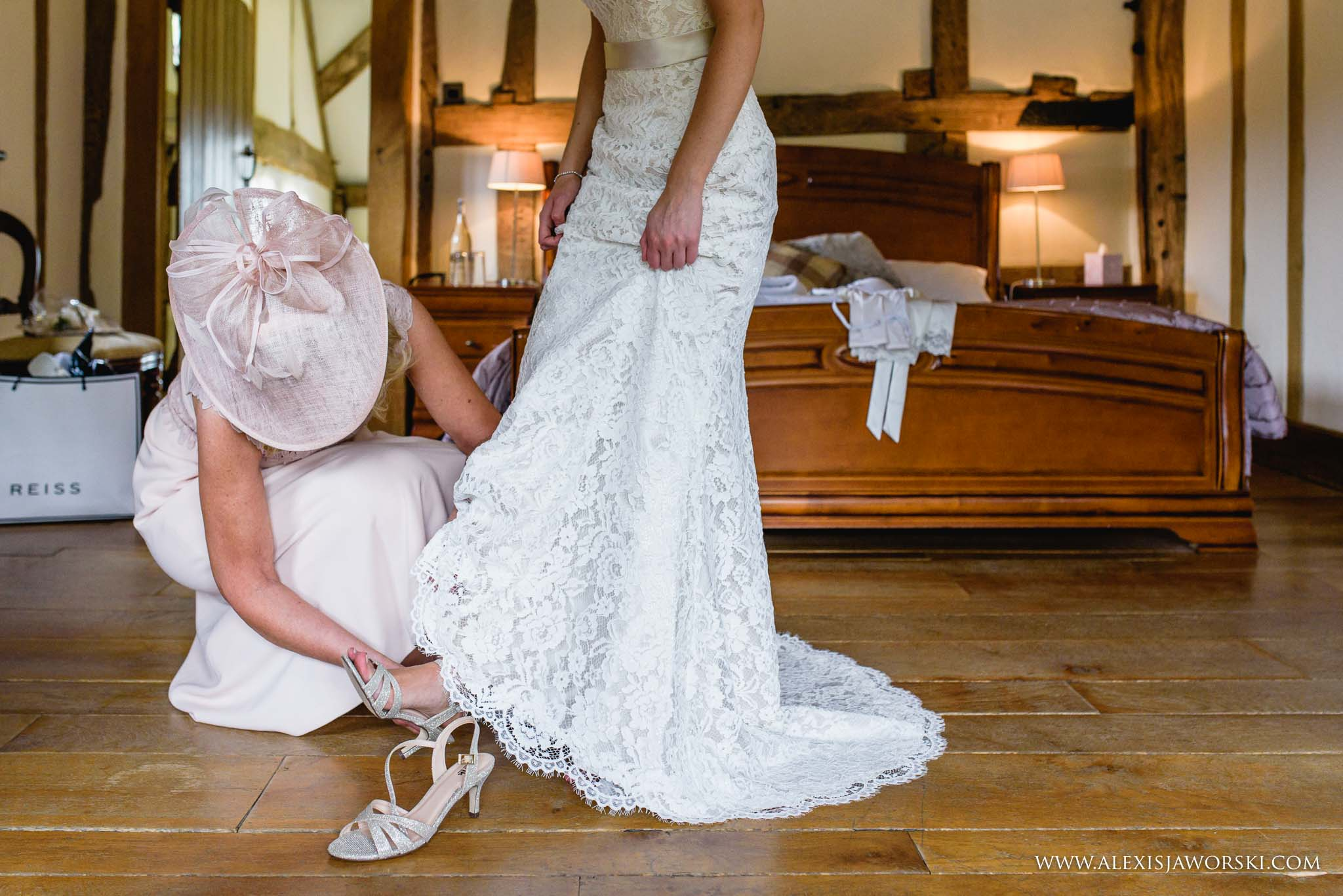 mum helping bride with shoes