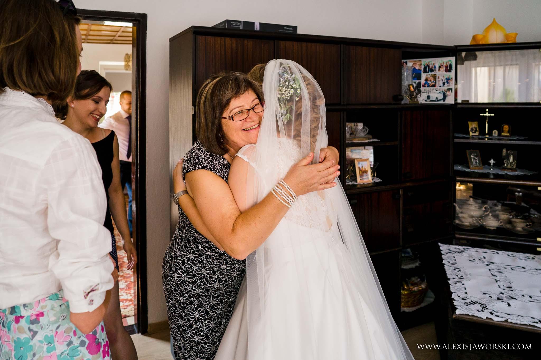 bride greeting mum